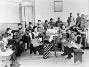 Meisjes aan het naaien op een Indian Residential School in [Fort] Resolution, Northwest Territories