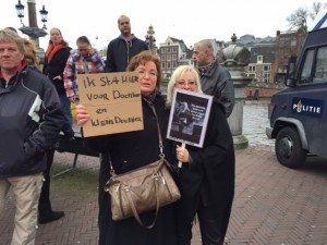 Elvira (links) en Petra (rechts) op de Pegida-demonstratie in Amsterdam. Foto: Mark Middel