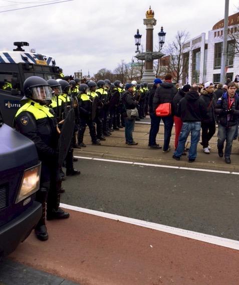 Een politiekordon op de Blauwbrug. Foto: Mark Middel