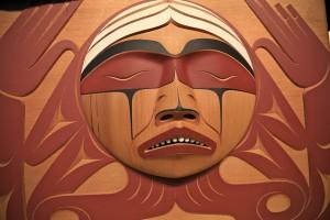 Inheemse houtsnede gemaakt voor de Waarheid- en Verzoeningscommissie Beeld /// Eyesplash